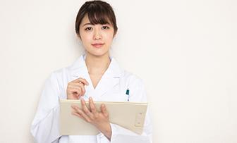 化粧品メーカーで働く薬剤師の仕事内容!関連資格や転職の秘訣も紹介