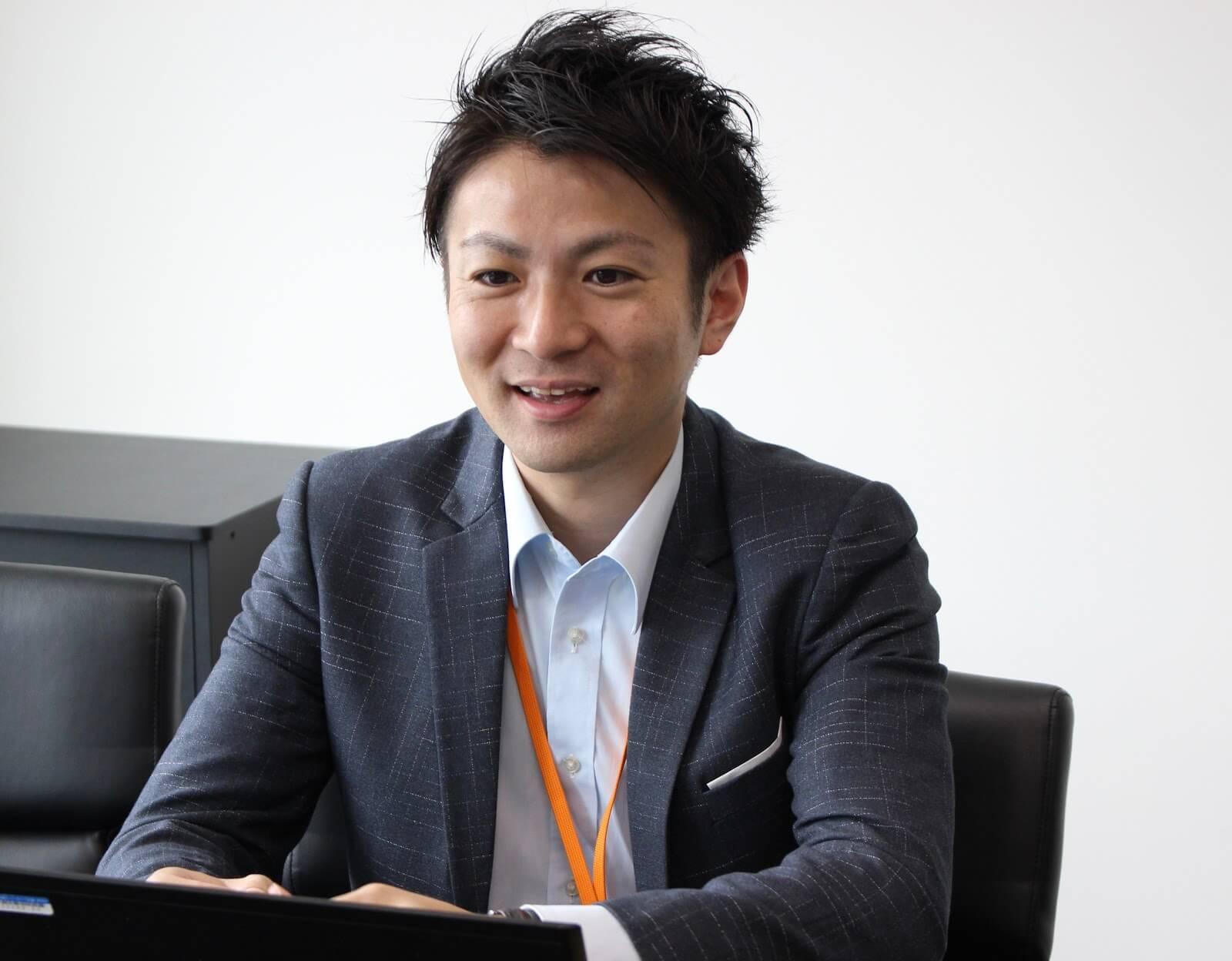 取材をうける株式会社メディカルシステムネットワークの鈴木達彦さん