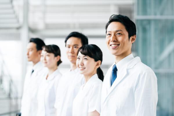 病院で働く薬剤師たち