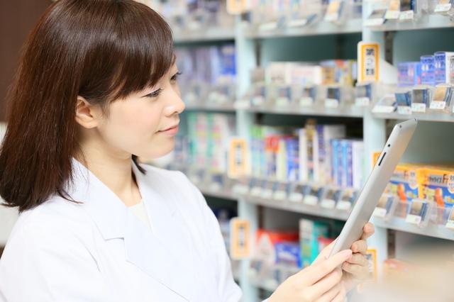 薬局にいる女性薬剤師